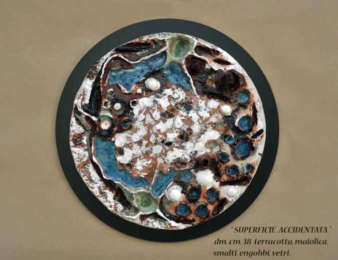 """SUPERFICIE ACCIDENTATA"" dm. cm. 38 - terracotta, maiolica, smalti, engobbi, vetri"