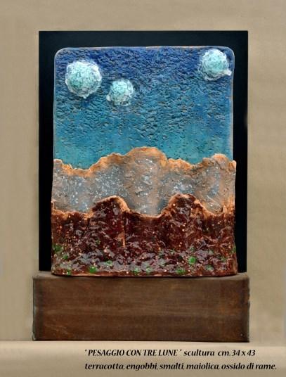 """""""PESAGGIO CON TRE LUNE"""" scultura cm 34x43 - terracotta, engobbi, smalti, maiolica, ossido di rame"""